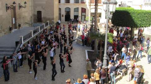 Gran acogida de la original iniciativa de Vera para celebrar el Día de la Mujer con un baile colectivo