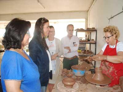 15 mujeres desempleadas participan en un taller de cerámica
