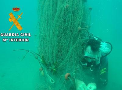 Noticia de Almería 24h: La Guardia Civil retira una red de pesca de 30 metros sumergida en Vela Blanca, Cabo de Gata