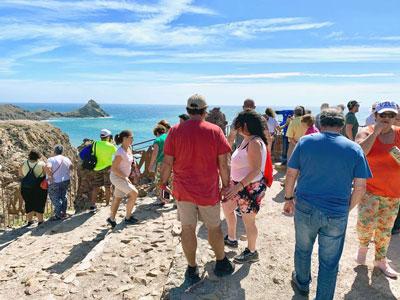 Noticia de Almería 24h: Los turistas se pasean por Cabo de Gata para despedir el verano, en una visita con entradas agotadas
