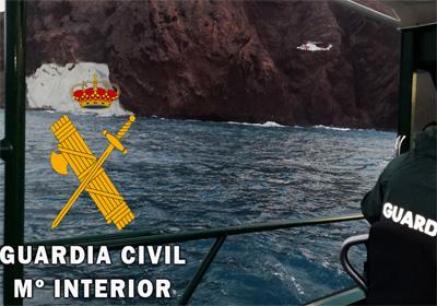 Noticia de Almería 24h: Logran rescatar tras más de 12 horas de operativo, a 3 menores y 3 adultos encaramados a una roca próxima a la cala de Vela Blanca